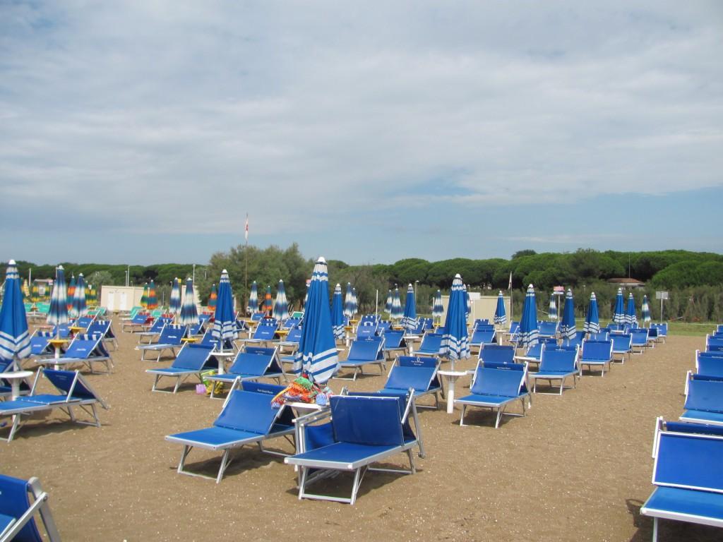 Pláž a ležadlá v Eraclei Mare